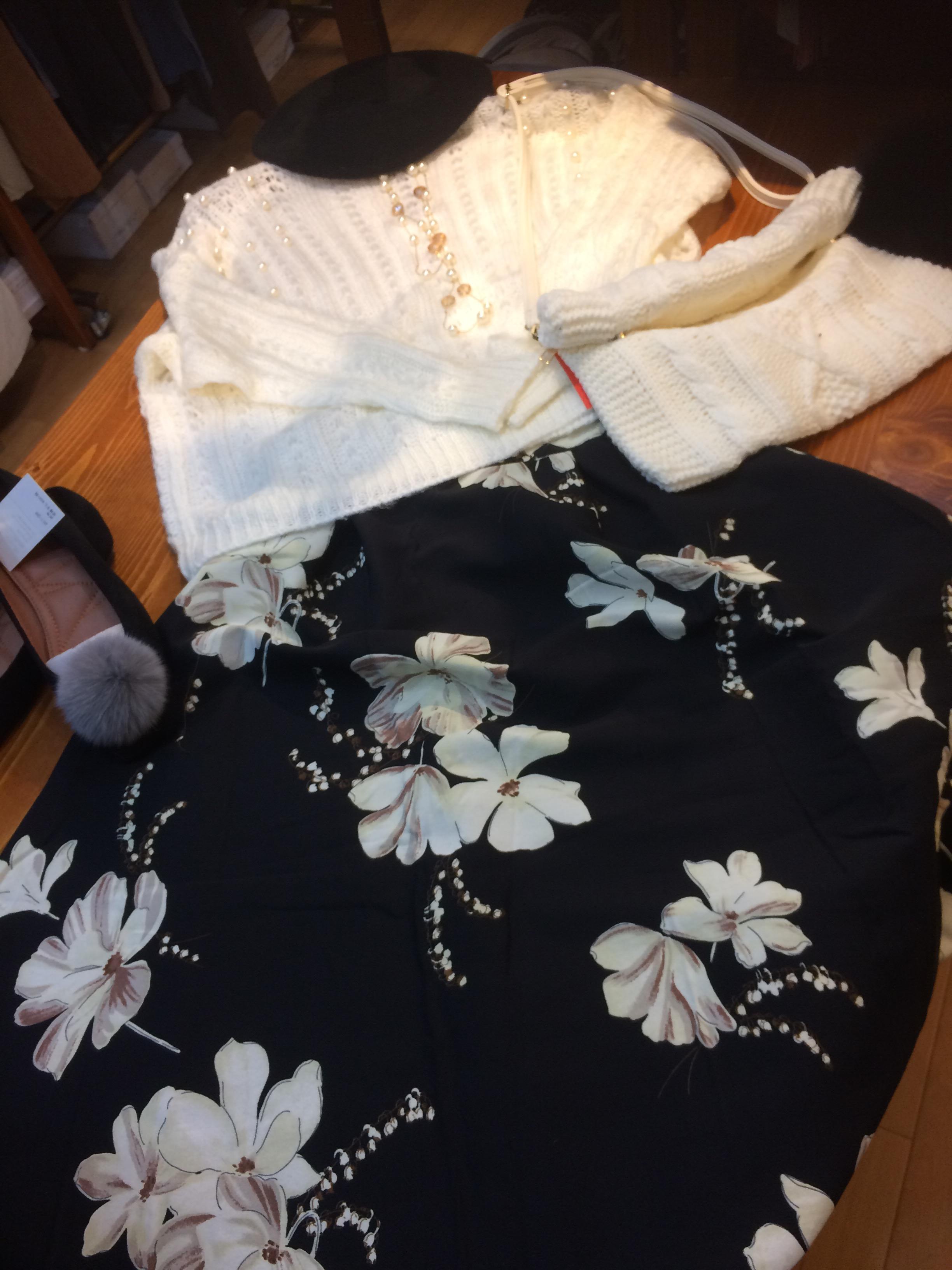 ゴージャスな白のニットと花柄のスカート